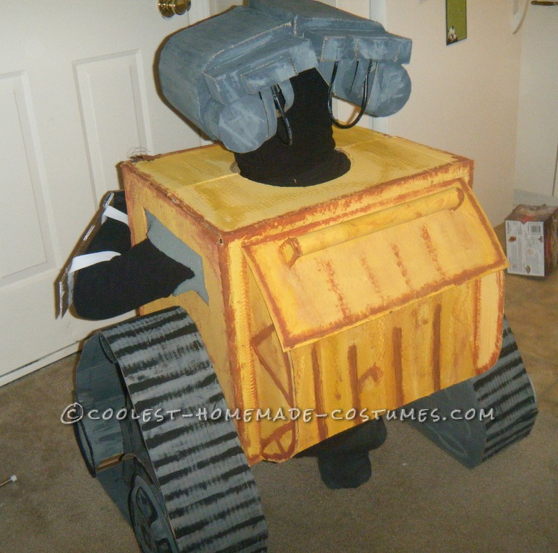 Coolest Homemade Wall-E and Eve Couple Costumes - 2