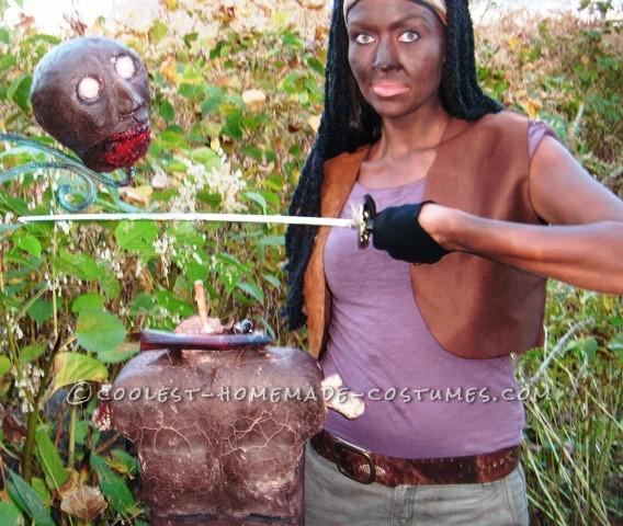 Michonne beaheading zombie pet!