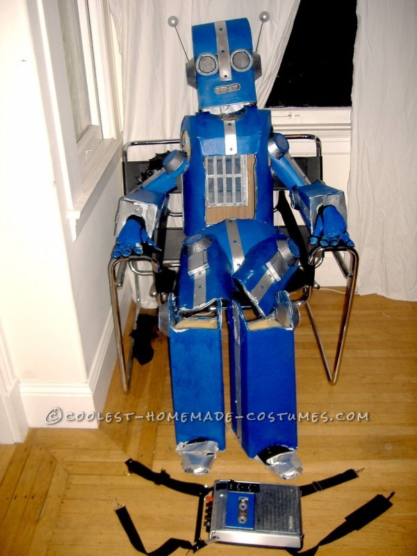 Awesome Articulated (Carboard!) Robot Costume with Tape Player - 1