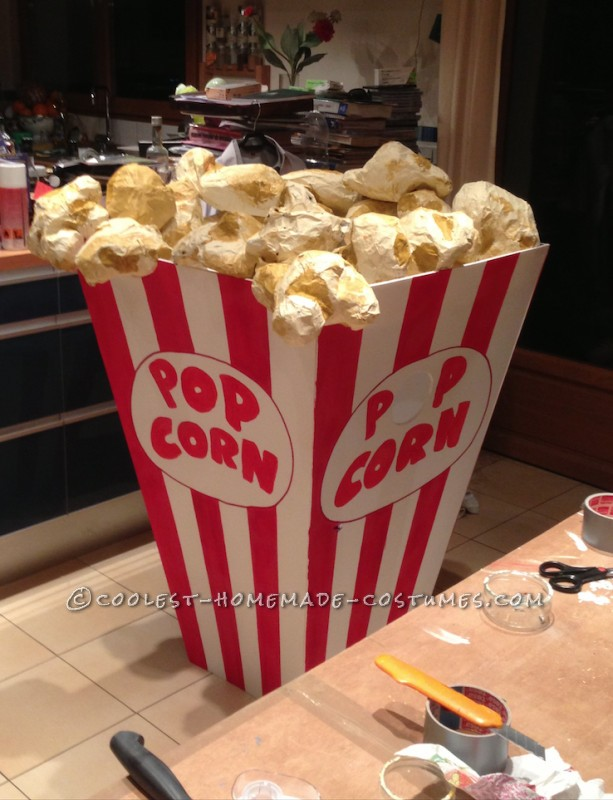 Pot of pop-corn, with pop-corns.