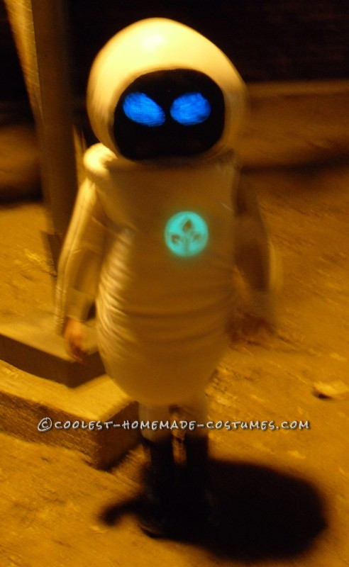 DIY Wall-E and E.V.E. Costumes for the Happiest Kids Ever! - 7