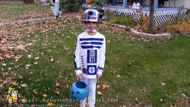 Easy and Mobile R2D2 Costume for a Child