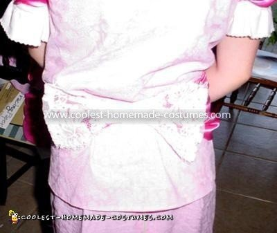 Coolest Princess Peach Costume - Detail of the bow in the back